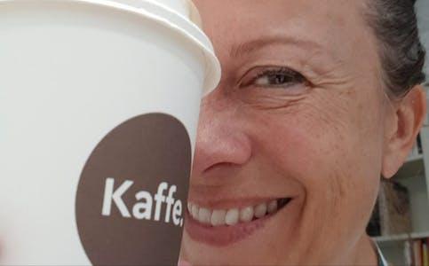 Calvert med kaffekoppen